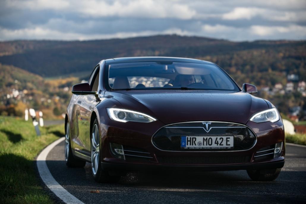Tesla Model S - sicher auf der Straße